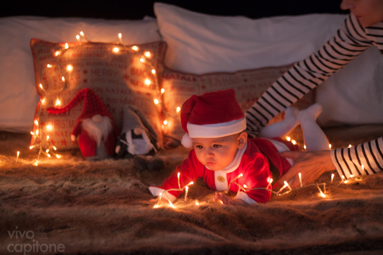 colocando baby girl sobre luces de navidad