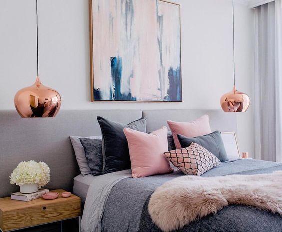 Dormitorio rosa y gris lámparas cobre