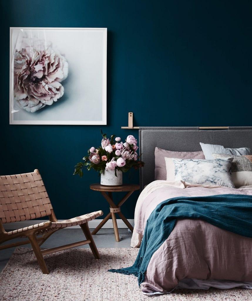 Dormitorio azul marino y rosa