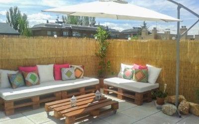 Lounge de palets en la terraza de un ático