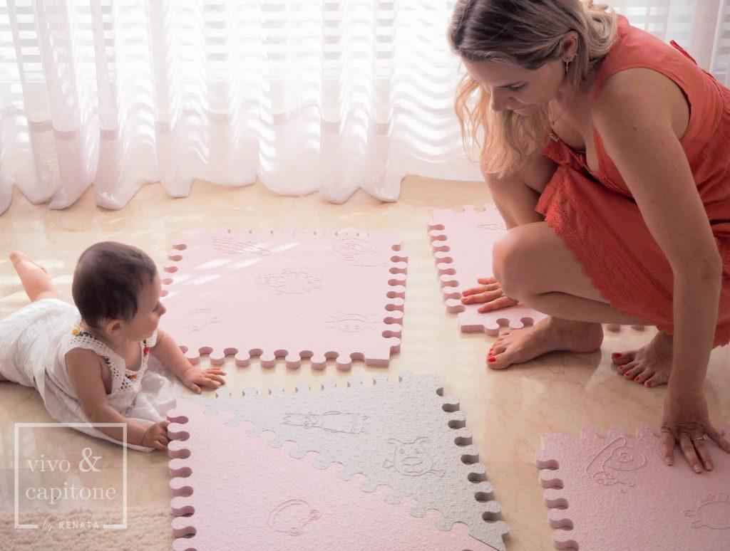 renata y claudia montando la alfombra para bebes