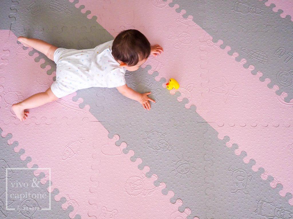 bebe jugando en la alfombra para bebes