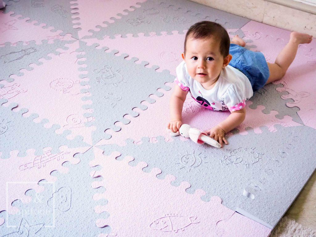 claudia jugando en la alfombra para bebes
